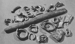 Fig. 3: Tesoro de Tell el-Amarna. Hacksilber en forma de anillos, lingote, etc.