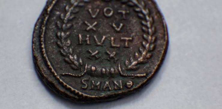 Las monedas del Imperio Romano son piezas antiguas que tienen una amplia circulación en el mercado, porque a lo largo de la historia se han emitido millones de ejemplares (se estima que más de mil toneladas de oro y el séxtuple de plata)